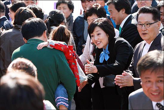 3일 서울시장 야권단일후보 선출을 위한 국민참여경선이 열린 장충체육관 앞에서 민주당 박영선 후보가 투표소에 도착한 시민들과 인사하고 있다.