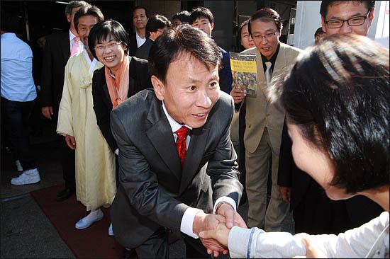 3일 서울시장 야권단일후보 선출을 위한 국민참여경선이 열린 장충체육관 앞에서 민주노동당 최규엽 후보가 투표소에 도착한 시민들과 인사하고 있다.