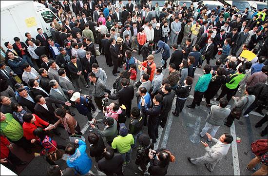 3일 서울시장 야권단일후보 선출 국민참여경선 투표마감 시간이 임박하자 세 후보가 투표소 앞에 총출동해 선거인단에 지지를 호소하고 있다.