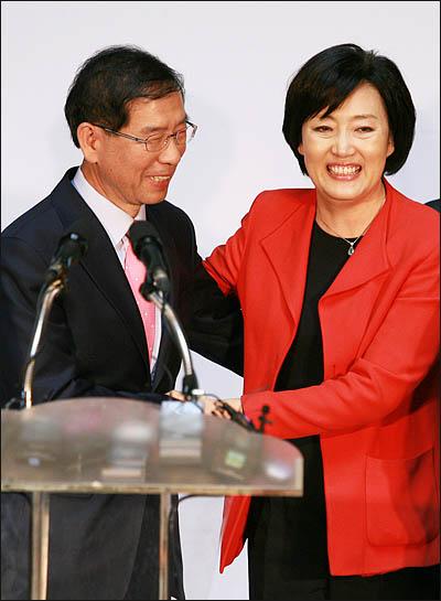 3일 서울시장 야권단일후보로 선출된 박원순 시민사회 후보가 박영선 민주당 후보의 축하를 받고 있다.