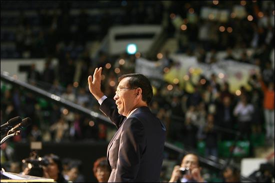 3일 오후 서울 장충체육관에서 열린 '10.26 서울시장 보궐선거 야권단일후보 선출 국민참여경선'에서 야권단일후보로 선출된 박원순 무소속 후보가 환호하는 지지자들을 향해 손을 흔들고 있다.