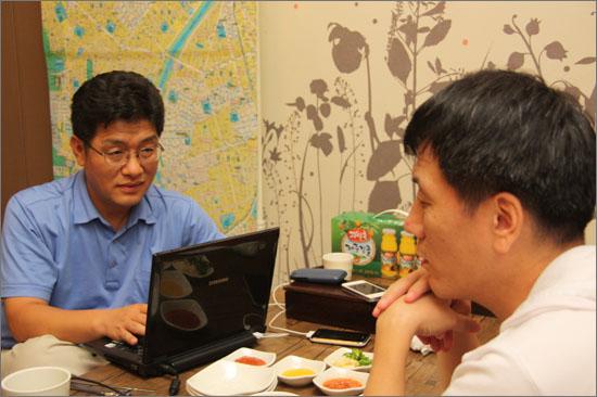 신경호(43) 오마이뉴스 시민기자와 그를 인터뷰하고 있는 김병기 오마이뉴스 뉴스게릴라본부장.