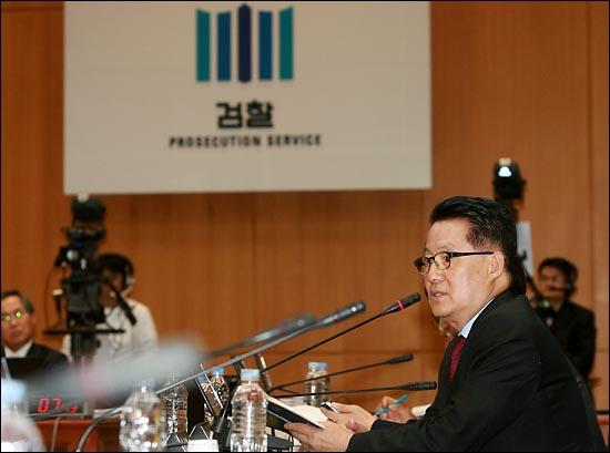 박지원 민주당 의원이 4일 오후 서초동 대검찰청에서 열린 법사위 국정감사에서 검찰총장에게 질의하고 있다.