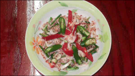 풋고추와 새우젓 육젓이 맛있는 이유는 새우가 6월 즈음에 허물을 한 번 벗었기 때문이라고 한다. 껍질이 단단하지 않고 물러서 씹히는 맛이 좋아진다고 한다.