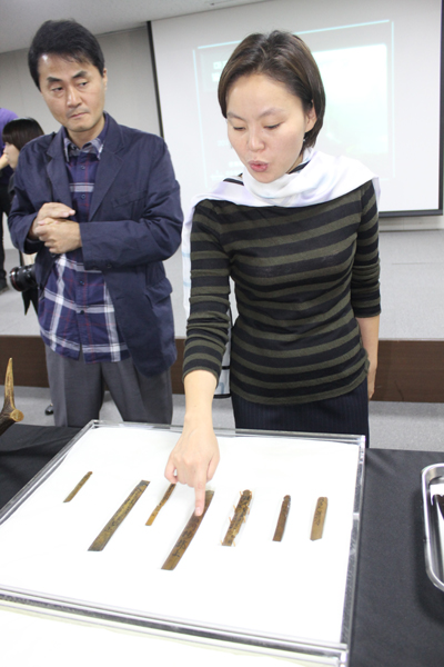 삼별초 관련 죽간에 대해 설명하고 있는 임경희 학예연구사