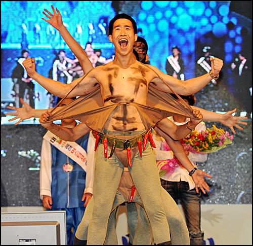 지난달 23일 충북 음성군에서 열린 미스터고추 선발대회에서 한 참가자가 끼를 발산하고 있다.