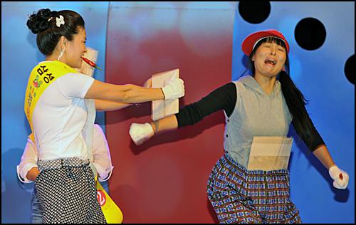 지난달 23일 충북 음성군에서 열린 고추아줌마 선발대회에서 한 참가자가 송판을 격파하고 있다.