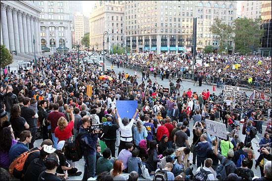 """지난 5일(현지 시간) 오후 로어 맨해튼 폴리스퀘어에 1만5000여 명의 시위대가 모여 """"우리는 99%다"""", """"매일 월스트리트를 점령하자"""" 등의 구호를 외친 뒤, 뉴욕증권거래소 인근 자유광장(주코티파크)까지 행진했다. 지난달 17일 시위가 시작된 이후 최대 규모다."""