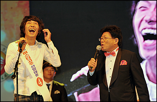 지난달 23일 충북 음성군에서 열린 미스터고추 선발대회에서 한 참가자가 준비해 온 대사를 잊어버리고 호탕한 웃음으로 위기를 넘기고 있다.