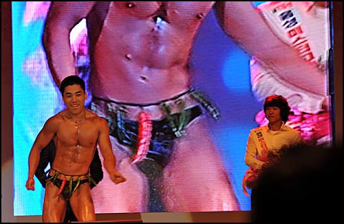 미스터고추에 출전한 한 선수가 섹시 댄스를 선보이고 있다.