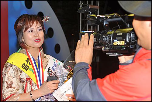 고추아줌마로 선발된 참가자가 한 방송국 PD와 인터뷰를 하고 있다.