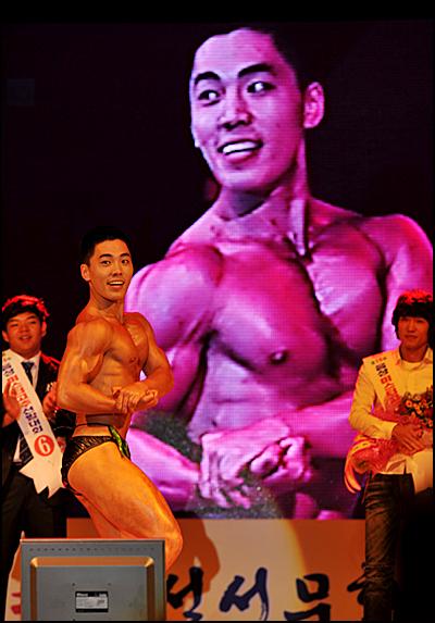 보디빌딩이 장기힌 한 참가자가 멋진 근육을 선보이고 있다.