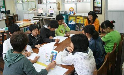 상처 치료 받는 동심  태안지역 어린이들이 기름사고 후 심리적, 육체적 피해를 입어 서울 내러티브 연구소가 운영한 치료 프로그램에 참여한 모습