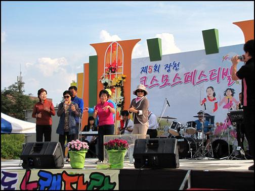 노래자랑 여러 가지 행사 가운데 찾아가는 음악회와 주민노래자랑도 함께 열렸습니다. 저마다 무대에 올라와서 흥겹게 노래하고 춤추는 모습들도 퍽이나 즐거워보입니다.