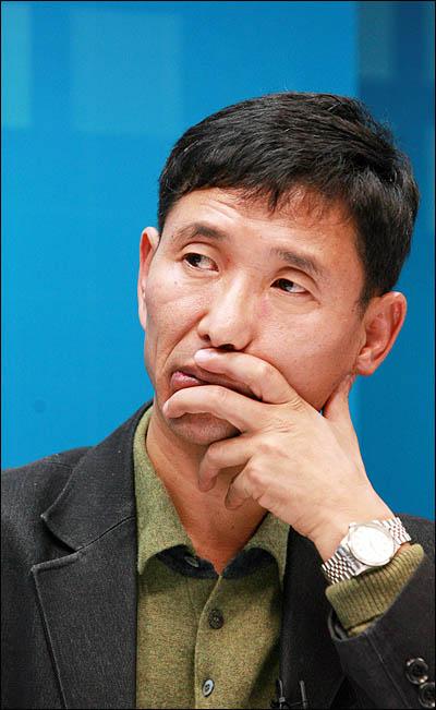 17대 대선 과정에서 'BBK 의혹'을 폭로한 김경준씨의 기획입국설을 입증해준 편지를 조작했다고 주장한 신명씨가 10일 <오마이뉴스>와 인터뷰하고 있다.