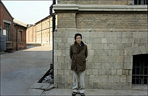 안중근 의사가 사형 당한 여순감옥에서 안중근 의사가 사형장으로 가면서 마지막으로 사진을 찍었던 장소에서 기념촬영을 한 이주한 연구위원(2006년 겨울).