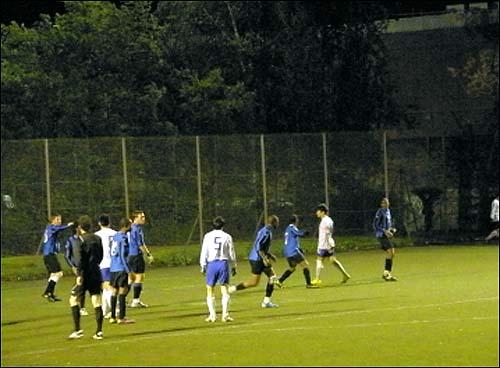 잉글랜드 축구협회(FA) 산하 이슬링턴 미드위크 리그 경기 모습.