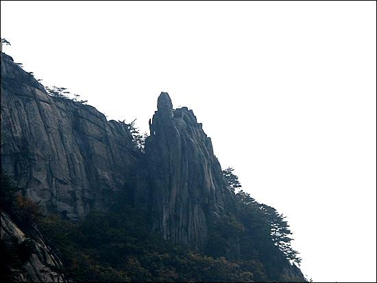 만장봉 암릉구간을 오르며 건너편에 바라 보이는 촛대바위라고 하는데 도봉산 우이암과 아주 흡사하다.