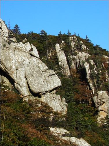 한계령 휴게소 위로 보이는 바위들. 뭔가 닮았는데, 뭔지는 모르겠습니다. 아들은 '모아이' 라고 하던데요.