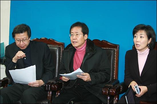 지난 2007년 12월 16일 이명박 한나라당 대선후보의 'BBK 설립' 발언 광운대 동영상이 공개된 가운데 여의도 한나라당사에서 박형준 대변인, 홍준표 클린정치위원장, 나경원 대변인이 기자간담회를 갖고 있다.