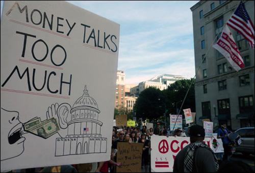 시민들 100여 명이 워싱턴 시내를 행진하며 '디시를 점령하라'는 구호를 외치고 있다.