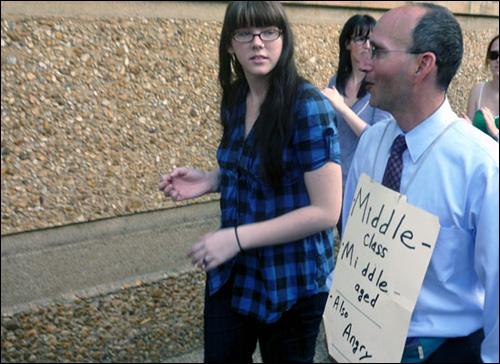 현직 변호사인 에릭 씨는 사무실에 있는 서류 파일에 구호를 적어 목에 걸고 시위대와 함께 걸었다.