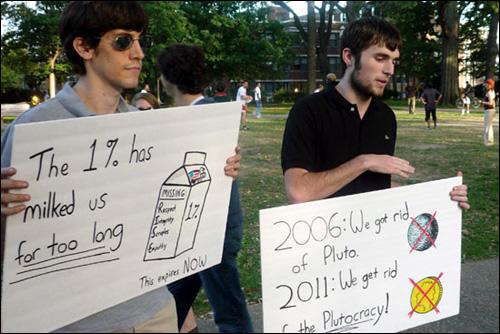 조지매이슨대학을 다니는 학생들이 자발적으로 팻말들 만들어 들고나왔다. 시민들이 관심을 보이자 설명해주고 있는 모습.