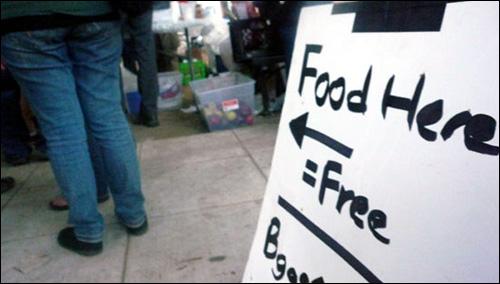출출한 시민들을 위해 무료로 음식을 제공했다.