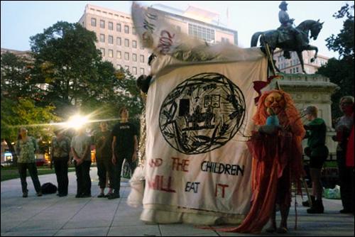 시위가 끝난 뒤에는 즉석 공연도 펼쳐졌다. 미국의 패권주의로 세계가 몸살을 앓는 것을 풍자하는 내용이었다.