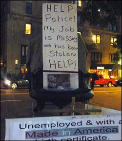 일자리를 도둑맞았다는 문구로 실업난을 호소하는 시민들.