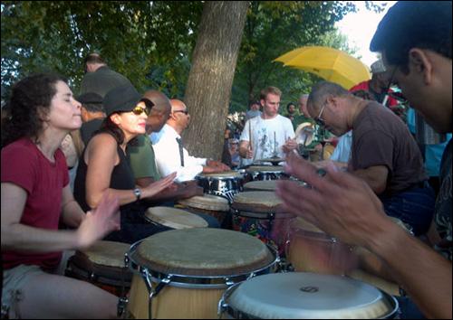 드러밍 포 저스티스 멤버들이 드럼 연주를 하는 모습.