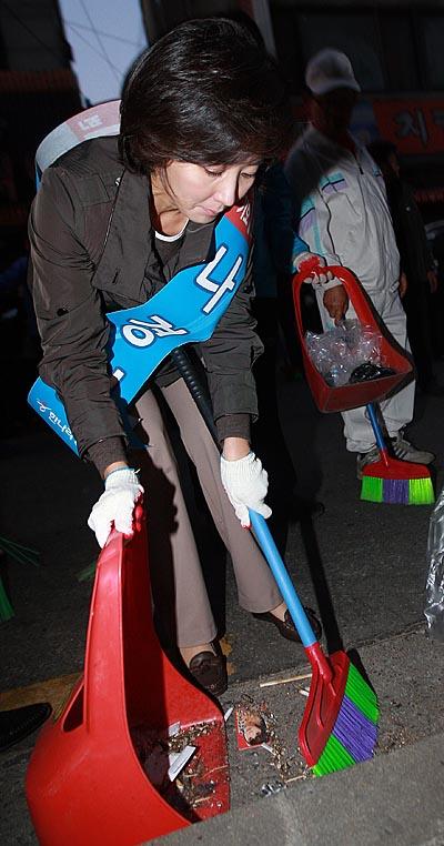 나경원 한나라당 서울시장 후보가 10.26 재보궐선거 공식선거운동이 시작된 13일 오전 서울 광진구 능동 먹자골목길에서 빗자루를 들고 청소를 하고 있다.