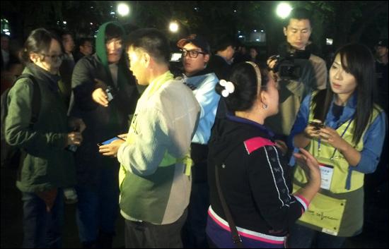 박원순 서울시장 야권단일후보의 '스마트 경청 유세단'이 14일 저녁 대학로 마로니에 공원에서 시민들의 의견을 듣고 있다.