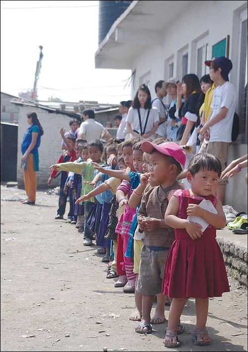 대안학교인 경남 태봉고등학교 학생들은 네팔 '짓다만 학교 짓기'를 위해 '네팔 기부 펀드' 모금 운동을 벌이고 있다. 사진은 네팔 어린이들의 모습.