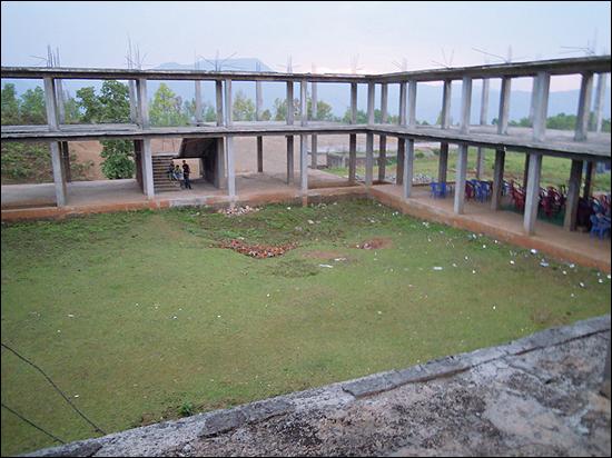 대안학교인 경남 태봉고등학교 학생들은 네팔 '짓다만 학교 짓기'를 위해 '네팔 기부 펀드' 모금 운동을 벌이고 있다. 사진은 7년 전 공사를 시작했다가 '짓다만 학교'로 남아 있는 네팔 '가시스쿨' 모습.