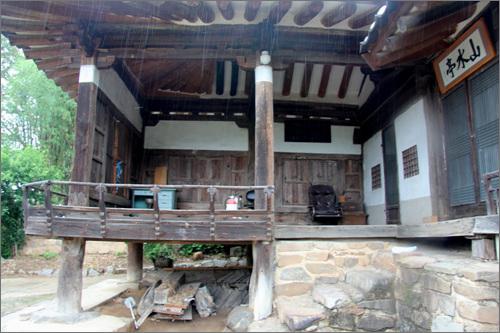 누마루 두 칸의 마루는 측면과 후면을 판자로 마감을 하였다. 이 사랑채는 집을 지은 정형초의 호를 따 '산수정'이라 불른다.