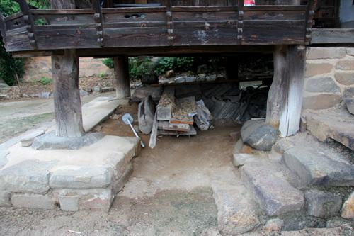 기단 사랑채는 기둥을 받치는 곳에 기단을 쌓고 그 위에 주추를 놓았다