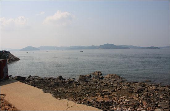충남 서산시 대산읍 오지리에서 바라 본 바다 건너 태안군 이원면 내리. 가로림 조력발전 댐은 바로 이 두 곳을 잇는 약 2km의 댐이 된다.