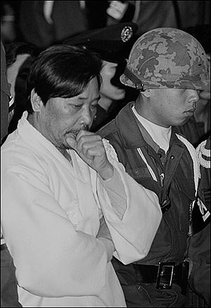 1979년 12월 20일 고 박정희 대통령 시해사건 제10회 선고 공판에서 김재규 피고인이 법정 심판을 기다리고 있다.