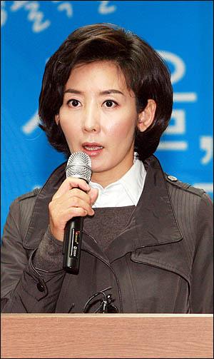 나경원 한나라당 서울시장 후보가 18일 오전 기자회견을 열어 박원순 야권통합 후보와의 끝장토론을 제안하고 있다.