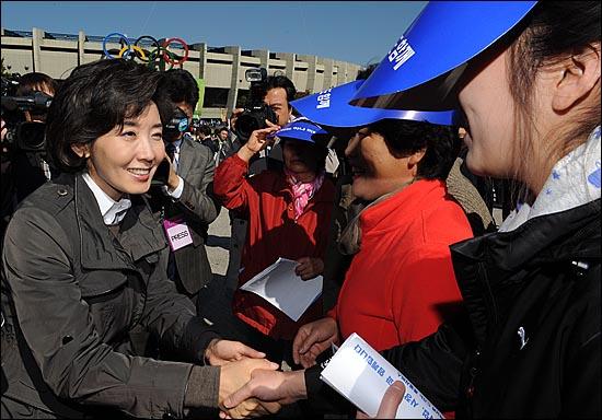 나경원 서울시장 후보가 18일 오전 범외식인 10인 결의대회가 열리는 잠실종합운동장을 방문해 참가자들에게 지지를 호소하며 인사를 나누고 있다.