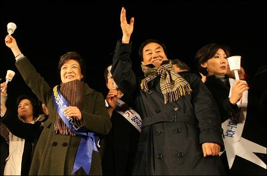 지난 2006년 1월 11일 수원시에서 열린 사학법 개정 반대 한나라당 장외 촛불집회에 참석한 박근혜 의원, 이재오 의원, 나경원 의원.