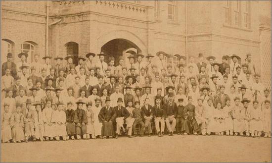 1895년 구한국 정부에서 일본에 파견한 제1회 관비유학생들. 이들 가운데 적잖은 친일파가 생겨났다