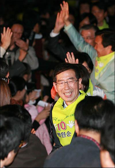 박원순 야권통합 서울시장 후보가 시민들의 환호속에 22일 광화문 광장 집중유세에 참석하고 있다.