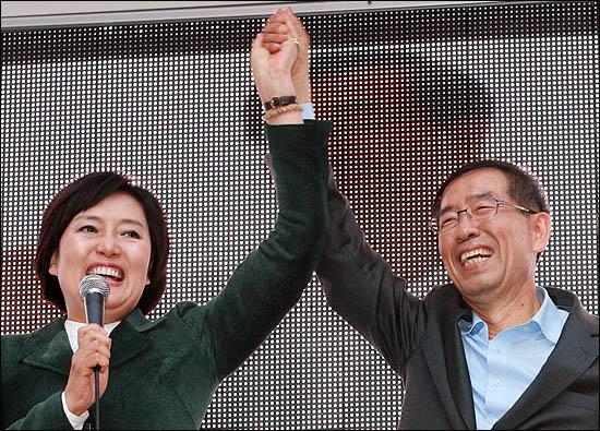 22일 박원순 야권통합 서울시장 후보 지원유세에 나선 박영선 민주당 의원이 박 후보의 손을 번쩍 들어올리며 필승을 다짐하고 있다.