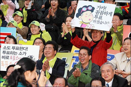 박원순 야권통합 서울시장 후보를 지지하는 시민들이 22일 세종문화회관 앞에 모여 박 후보에게 박수를 보내고 있다.