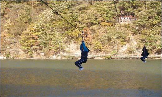 줄을 잡고 저수지 물 위로 날아가는 고공활강. 처음에 무서웠는데 생각보다 재미있어요...