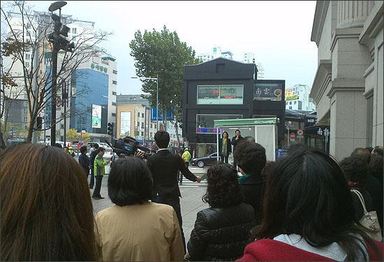 성북구 길음동 현대백화점 미아점 앞에서 정봉주 17대 국회의원이 박원순 후보 지지연설을 하고 있다.