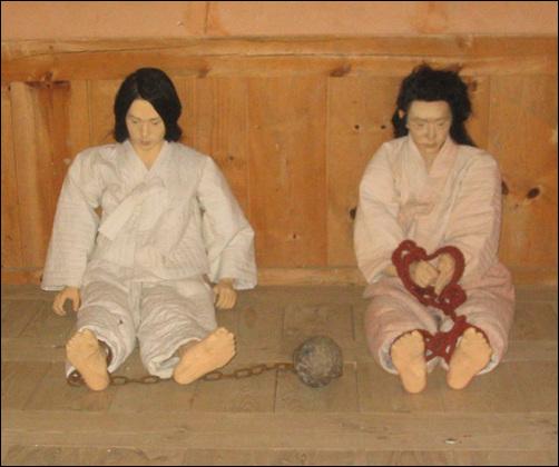 옥 당시 중죄인은 손발이 묶이거나 족쇄를 차고 있었다. 사진은 옛모습을 재현한 낙안읍성 옥이다