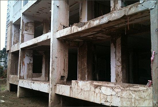 서울 서초구 방배3동 래미안아트힐 아파트 103동. 지난 7월 산사태로 폐허가 된 모습이 그대로 방치돼 있다.